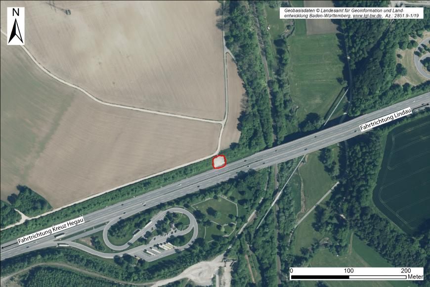 Luftbild eines Autobahnabschnittes zwischen Lindau und dem Kreuz Hegau. Nahe der Bildmitte ist eine Böschungsrutschung erkennbar. Die Autobahn berührt Wald-, Wiesen- und Ackergelände.