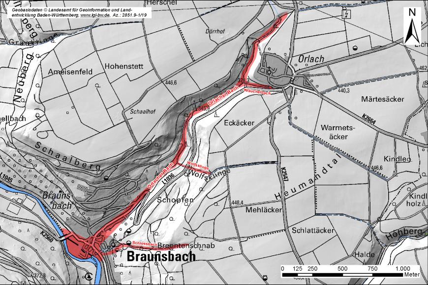 Übersichtskarte, in welche mit Rot der betroffende Schadensbereich einer Sturzflut eingezeichnet ist. Die Karte ist beschriftet, rechts oben befindet sich ein Nordpfeil, rechts unten eine Legende.