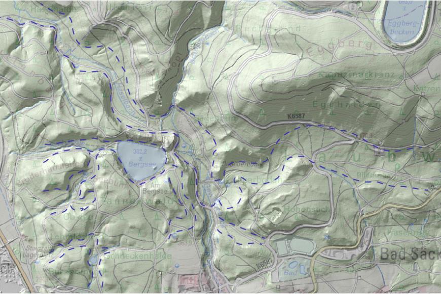 Blick auf eine farbige Reliefkarte, die die zertalte Landschaft westlich von Bad Säckingen mit dem Bergsee zeigt.