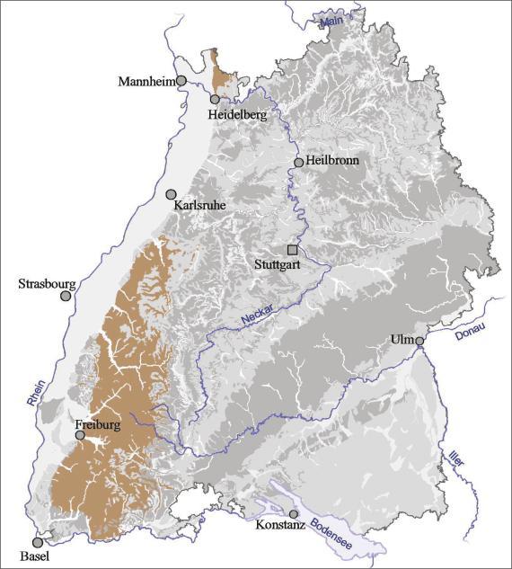 """Blick auf eine Übersichtskarte von Baden-Württemberg. Farbig abgesetzt (braun) ist der Ausstrich der Hydrogeologischen Einheit """"Paläozoikum, Kristallin"""" im Schwarzwald und bei Heidelberg."""