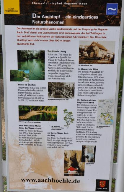 Schautafel, die den Aachtopf als Naturphänomen beschreibt und auch auf die Aachhöhle hinweist.