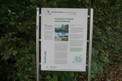 """Gezeigt wird hier eine Schautafel des Geo-Naturparks Bergstraße-Odenwald. Die bebilderte Tafel hat das Thema """"Vulkanische Spuren am Katzenbuckel""""."""