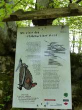 """Hier wird eine bebilderte Schautafel am Kalkofen-Erlebnispfad gezeigt. Das Thema der Tafel lautet: """"Wo einst das Höhlenwasser stand""""."""