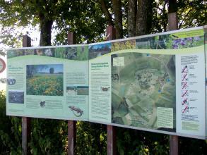 Zwei große Schautafeln informieren die Besucher über die Pflanzen- und Tierwelt sowie die Ausdehnung des Schopflocher Moores.