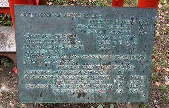 Das Bild zeigt eine aus Metall gefertigte Informationstafel am Aufstieg zum Büchenbronner Aussichtsturm. Die Tafel gibt Auskünfte über Daten des Turmes wie Einweihungsjahr (1884), letzte Sanierung (1984), Höhe (24,75 m) und Stufenzahl (125).