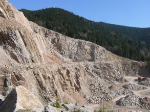 Der Steinbruch Seebach mit einer ausgeprägten Klüftung