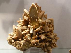 Vergrößerte Aufnahme von braunen Kristallen, die ähnlich Kakteenstacheln seitlich oder nach oben ausgerichtet sind.