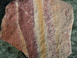 Unterschiedliche Farben und Texturen in einem Buntsandstein.