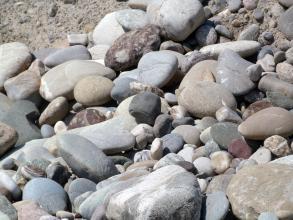 Das Foto zeigt größere Steine und Brocken auf einer Halde.