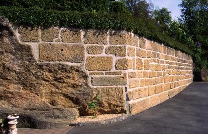 Gartenmauer aus Randengrobkalkquadern.