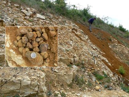 Eine rötlich braune Erdschicht unterbricht einen steilen Fels- und Geröllhang, ehe erneut Schutt sichtbar wird. Eine vergrößerte Aufnahme zeigt rundliche, ebenfalls rötlich braune Gesteinsbrocken.,