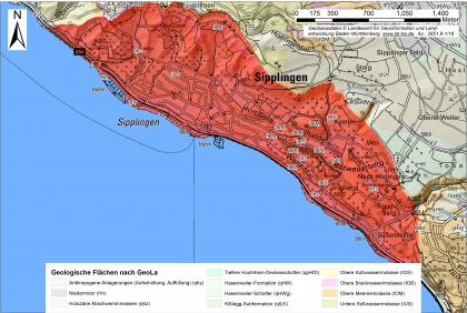 """Geologische Übersicht der Rutschung """"Sipplinger Dreieck"""", welche mit roter Farbe eingezeichnet ist. Die Karte ist beschriftet, links oben befindet sich ein Maßstab, rechts oben ein Nordpfeil und unten mittig eine Legende."""