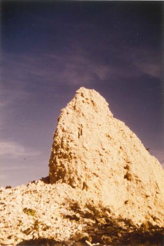 Das Bild zeigt eine hornartige Erhöhung aus gelblichem Gesteinsschutt.