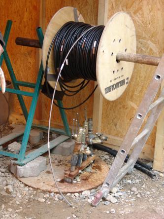 Das Foto zeigt ein Glasfaserkabel, aufgerollt auf einer Kabeltrommel.