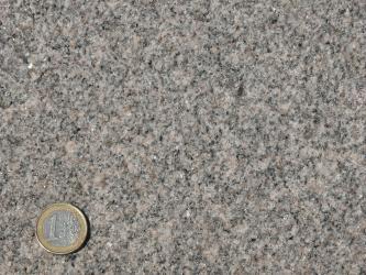 Granit aus dem Steinbruch Seebach (grauer, lokal leicht rötlichgrauer, klein- bis mittelkörniger Granit mit nur schwacher Mineralregelung)