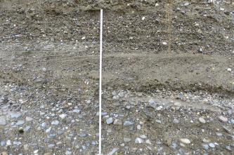 Teilansicht einer Gesteinswand mit (von oben): feinem Kies, eingebettet in Sand, einer glattgestrichenen Schicht sowie gröberem Kies, der ebenfalls von Sand umlagert ist. Links ist ein Zollstock angelehnt.